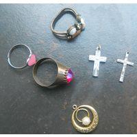 Лот: кольца (три), крестик (два), кулон.