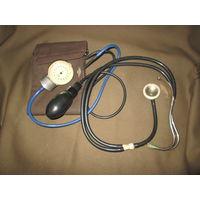 Тонометр старинный с фонендоскопом.