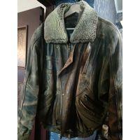 Куртка кожаная, мотоциклетная, с натуральной меховой подстёжкой и меховым воротником.