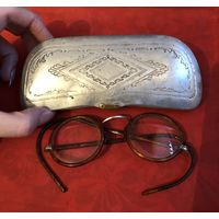 Старинные очки в оригинальном футляре