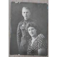 Фото боевого офицера с женщиной. 1946 г. 8х11 см.