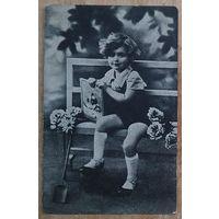 Старая открытка. Ребенок с цветами. Подписана.