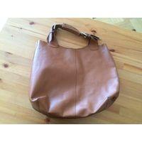 Красивая объемная сумка Vera Pelle - кожа натуральная, цвет коричневый, размер 45 на 40 см. На сумке есть пятно, вывести не пыталась, но думаю, что это будет сложно. При носке не видно, если не носить