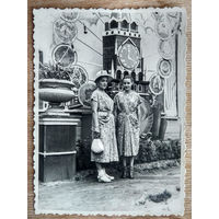 Фото женщин у стенда. 1956 г. 8.5х11.5 см
