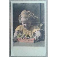 Девочка играет. Дети. Германия. 1950-е. Подписана