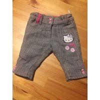 Теплые штаны или капри Hello Kitty на рост 62 см. На подкладке, также в составе есть шерсть. Очень стильные и красивые. Длина 30 см, талия тянется до 25 см, бедра 27 см.
