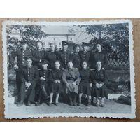 Фото железнодорожников на минском вокзале. 1950-е. 8.5х11.5 см.