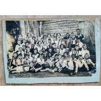 Групповое фото молодежи. 1930-е?. 7х11 см
