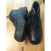 Ботинки рабочие утепленные размер 36, черного цвета. Ботинки из водостойкой натуральной кожи с тиснением. Однослойная полиуретановая подошва литьевого метода крепления.Подошва масло-бензо-кислотостойк