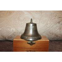 Старый, бронзовый колокольчик с надписью, высота 9 см., диаметр юбки 10 см.