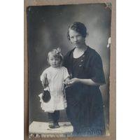 Фото матери и дочки. Витебск. 1920-30-е. 8х13 см.
