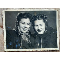Фото двух женщин. 1950-е. 8.5х11.5 см