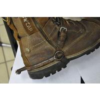 Шпоры в полнейшем оригинале железные и ремешки из натур кожи.Полностью пригодны к носке.