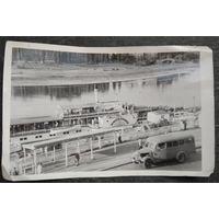 "Автобус и пароход ""Junger Pionier"" (IMO номер 5177212 ). ГДР. Фото 1950-х. 12х19 см."