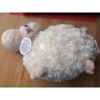 Очаровательная овечка, очень мягкая и нежная, может заменить небольшую подушечку. длина 30 см, высота 18 см. Ну очень симпатичная овечка.