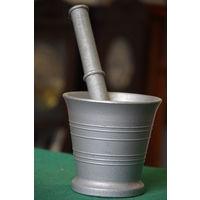 Ступка с пестиком  алюминиевая   ( диаметр 12 см , высота 11,5 см , длинна пестика 24 см )