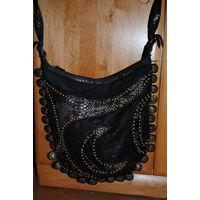 Шикарная женская сумка_из кож.зама. и текстиля _б.у._имеются незначительные потёртости с обратной стороны, чуть потрескан и сам ремень, который регулируется-(всё видно на фото)!