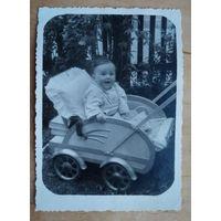 Фото ребенка в коляске. 1950-е. 8х11 см.