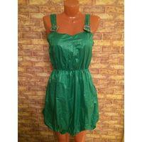 Красивое платье на 42-44 размер. Цвет сочно-зеленый. Интересная модель, воздушная, юбка сделана тюльпанчиком, на подкладке, сбоку на замке, талия на резинке. Очень приятное на ощупь ткань. Длина регул