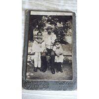 Фото отца с двумя детьми.
