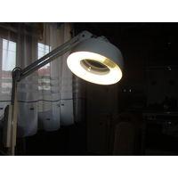 Лампа с линзой на штативе для мелких работ.