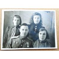 Семейный фотопортрет с орденоносцем. 8х11.5 см.