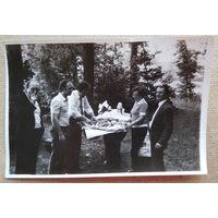Фото композитора Игоря Лученка с друзьями на пикнике. 10 фото. 11х17 см. Цена за все.