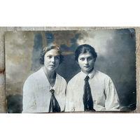 Фото двух девушек. 1925 г. 8х13.5 см