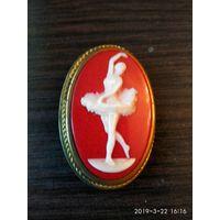 Старая советская брошь из цветного бакелита БАЛЕРИНА изготовлена в пятидесятые годы.