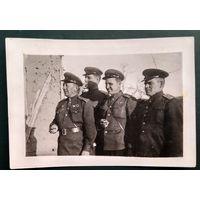 Фото группы военных. 1945 г. 6.5х9 см.