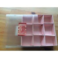 Коробка с ячейками для хранения мелочи. Размер 15 на 15 см, высота 3 см. Размер ячейки 405 на 5 см, глубина почти 3 см. Бу, хорошее состояние.