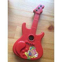 Гитара пластиковая, длина 19.5  ширина 9 см. Не музыкальная,, но можно бренчать). Лежит дома без дела, не пользовалась.