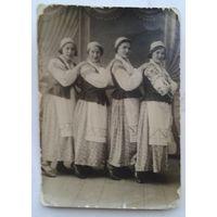 Фото женщин в национальных костюмах. 1920-30 е. 9х12 см.