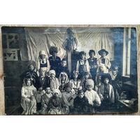 Фото группы детей в народных одеждах. 1920-е? 9х14 см.