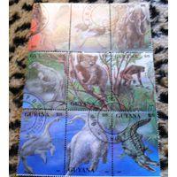 Динозавры на марках Гайаны.