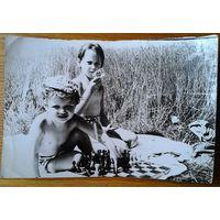 Фото детей с настольными играми. 1960-е. 12х18 см.