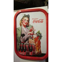 Красивая девушка на рекламном подносе кока-колы. Металл.