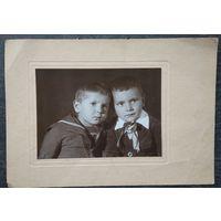 Фото двух мальчиков. 1950-е. 11.5х16 см.