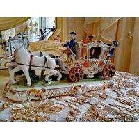 Эффектная фарфоровая статуэтка производства мануфактуры Unterweissbach представляет собой сюжетную композицию на тему: парадный выезд благородной дамы. Роскошная карета, украшенная декором в стиле рок