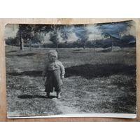 Фото ребенка, гуляющего по просторам Минска. 1959 г. 9х12 см.