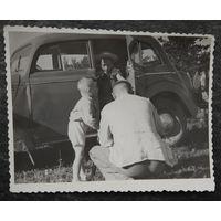 Фото с детьми у автомобиля. 1950-е. 9х11 см.