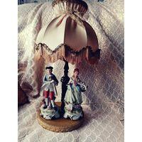 Очень красивая лампа с абажуром. Производство Италия. Дама с корзиной и кавалер. Изысканная в своей простоте, лампа обладает невероятным обаяние. Красочные лица выразительные руки, прекрасная работа с