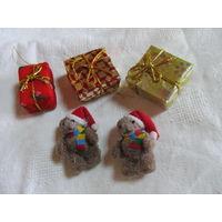 Новогодние игрушки, два мишки и три коробочки