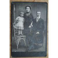 "Фото семьи. До 1917 г. Бобруйск. Фотография ""Модернъ"". 11х16.5 см."