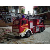 Игрушка: пожарная машина.