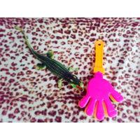 Игрушка крокодил с пищалкой и рука шумелка
