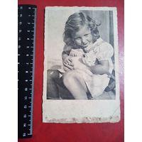 Немецкая открытка. Девочка с котёнком.  Возможно 3-й рейх.