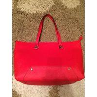 Красивая, стильная сумка ярко-красного цвета, искусственная кожа, очень плотная, держит форму, размер внизу 31 вверху 42 см. Состояние идеально, надела буквально два раза. Обмен не интересует.