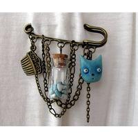 Брошь-булавка ручной работы с котиком и бутылочкой