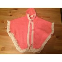 Очаровательное пончо с капюшоном на 2-3 года. Красивый розово-персиковые цвет. Очень игривая и красивая. Тепленькая.